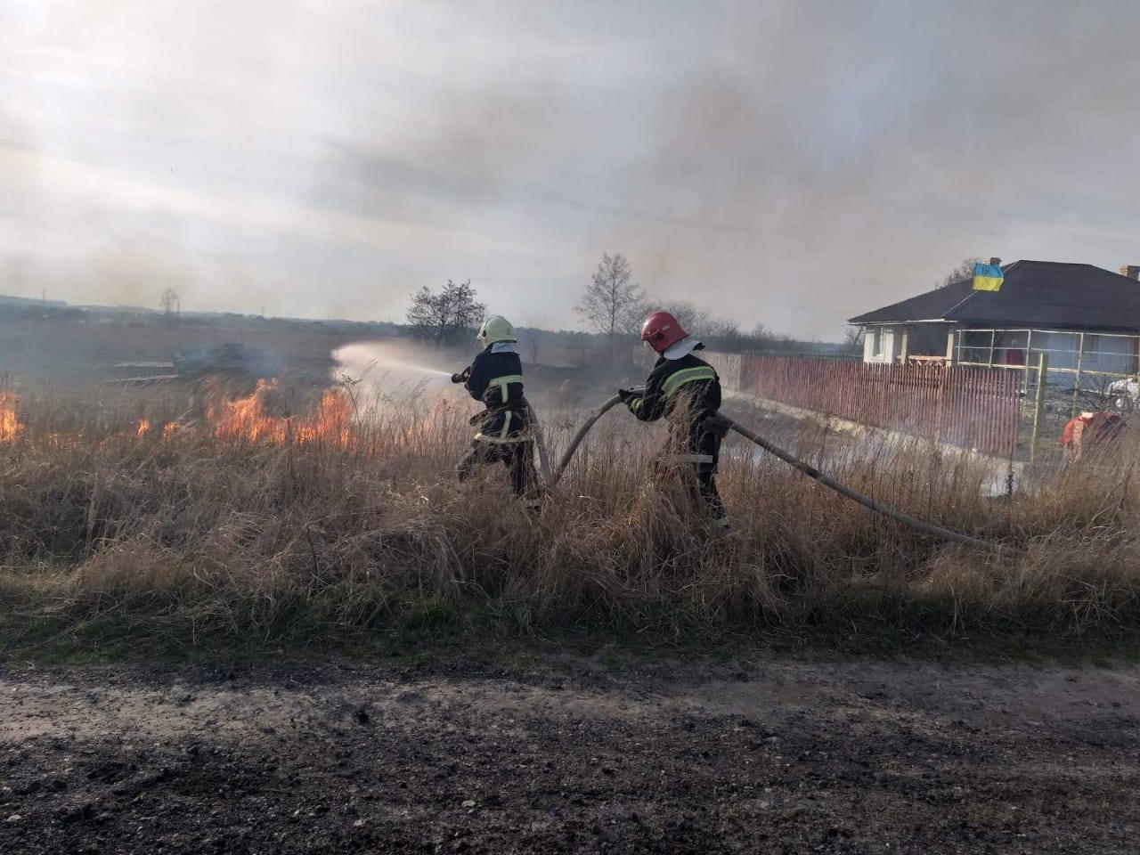 Рівненські рятувальники застерігають громадян не спалювати суху траву та рослинні залишки