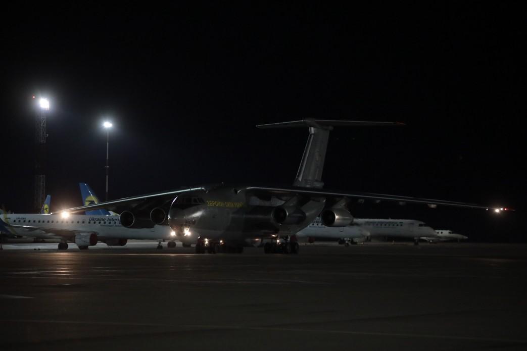 В Україну з Китаю прибув літак з тестами на коронавірус